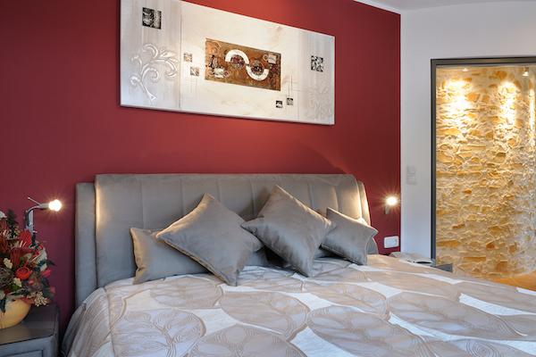 Gemütliches Schlafzimmer mit Designerbetten | Die Fotos dürfen ausschließlich für Marketingmaßnahmen die Ferienwohnungen ALPENGLUEHN - Wiesenweg 4 - D-Berchtesgaden - verwendet werden. Jegliche Nutzung Dritter ist mit dem Bildautor Günter Standl (www.guenterstandl.de) gesondert zu vereinbaren.