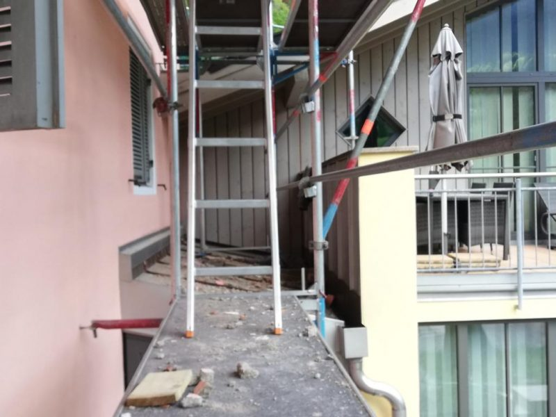 (c)Ferienparadies Alpengluehn - Reovierungsarbeiten Frühjahr 2019 nach dem Schneeschaden Teil 4